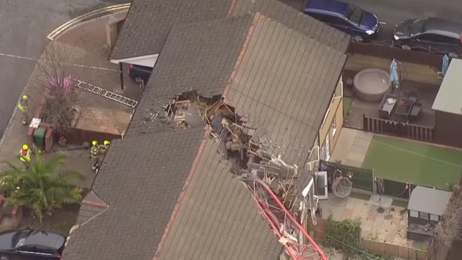 підйомний кран впав на житловий будинок