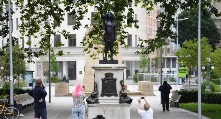 в Бристоле удалили статую протестующего