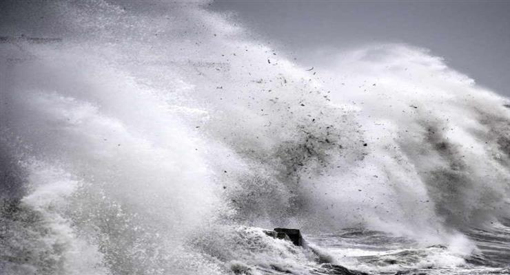 величезні хвилі обрушилися на Австралію