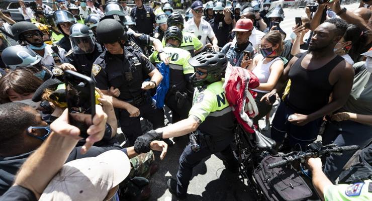 мэр американского города Портленд был опрыскан слезоточивым газом во время встречи с протестующими