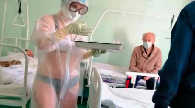 медсестра обслуговувала пацієнтів в бікіні