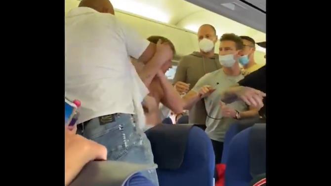 бійка в літаку через захисну пов'язку