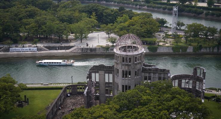 6 серпня 1945 американський бомбардувальник скинув атомну бомбу на Хіросіму