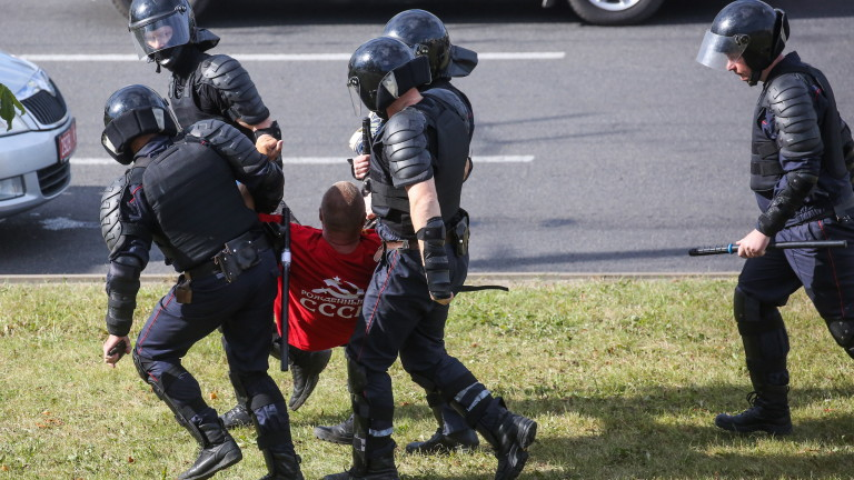 Поліція Білорусі стріляє в протестуючих