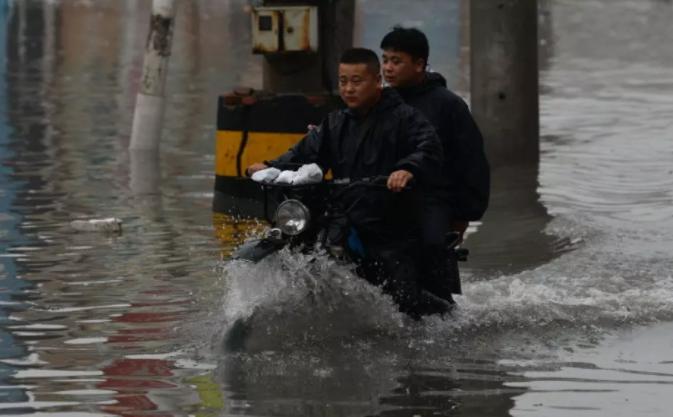 Сотні тисяч китайців залишають свої будинки через повені