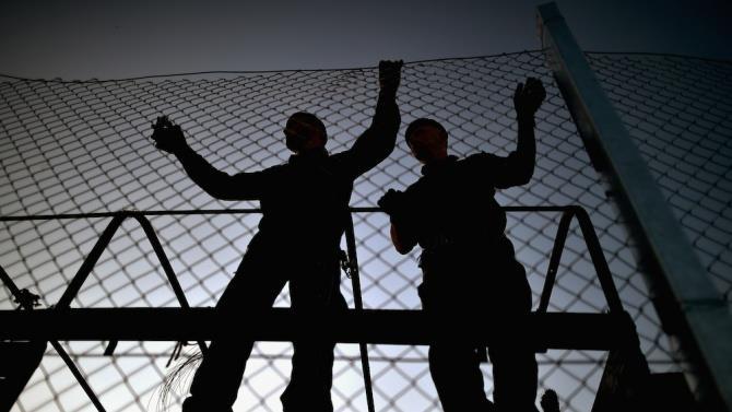 будується паркан для захисту від нелегалів