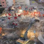 Рятувальники витягли живими з-під завалів двох дівчаток після землетрусу в Ізмірі