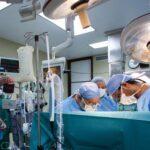 Вперше пацієнтові у Франції пересадили дві руки і два плеча