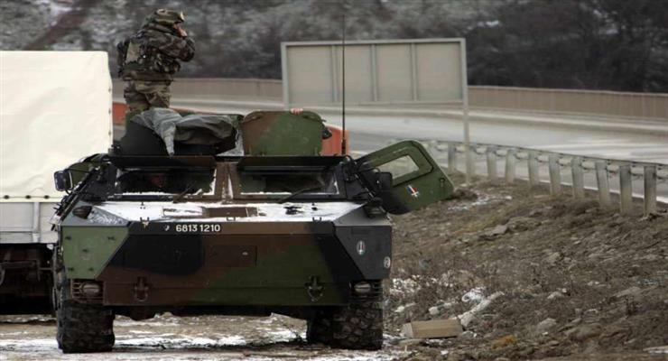протестующий поджег танк