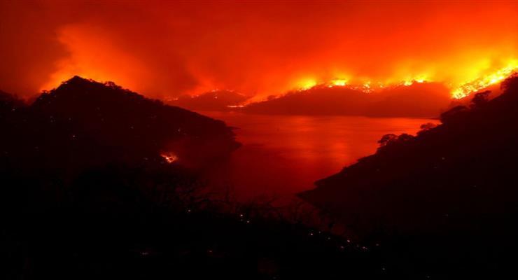 сильна пожежа близько Афін