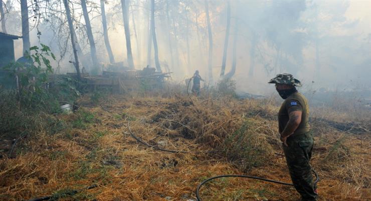 велика пожежа спалахнула біля промислової зони недалеко від Афін