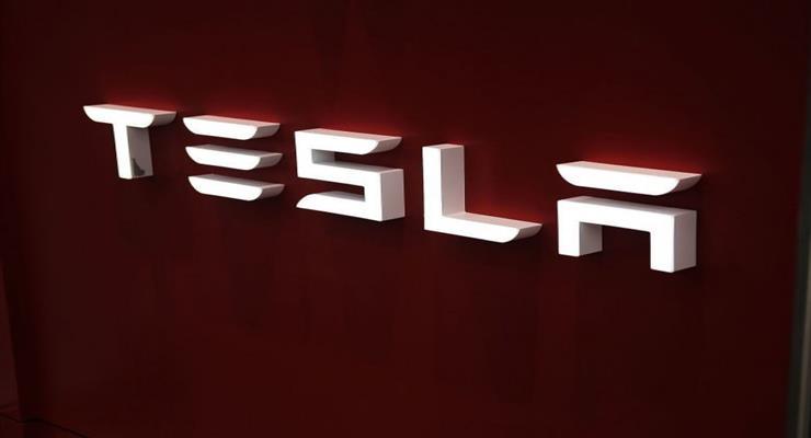 США досліджують Tesla з системою автопілота