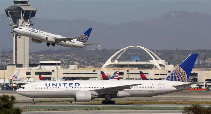 United Airlines звільняє сотні нещеплених співробітників