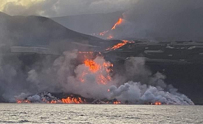 через дев'ять днів після виверження лава вулкана на острові Ла Пальма досягла океану