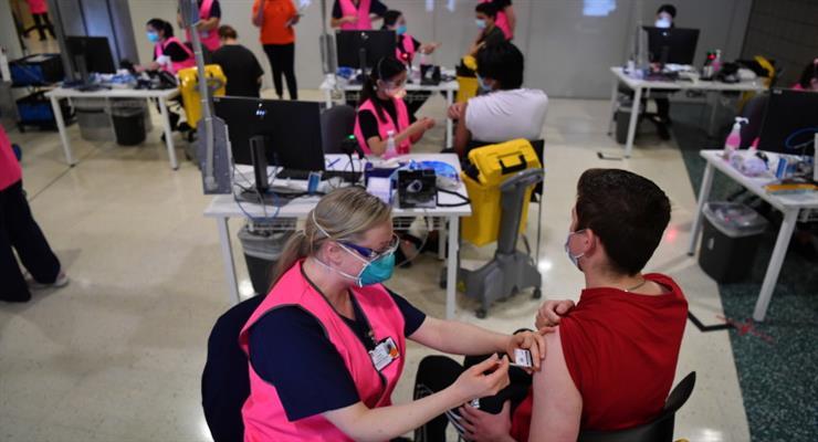 Австралія послаблює обмеження COVID, але очікує бум інфікованих