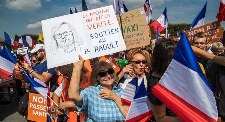 Десятки тисяч людей знову протестують проти заходів COVID у Франції