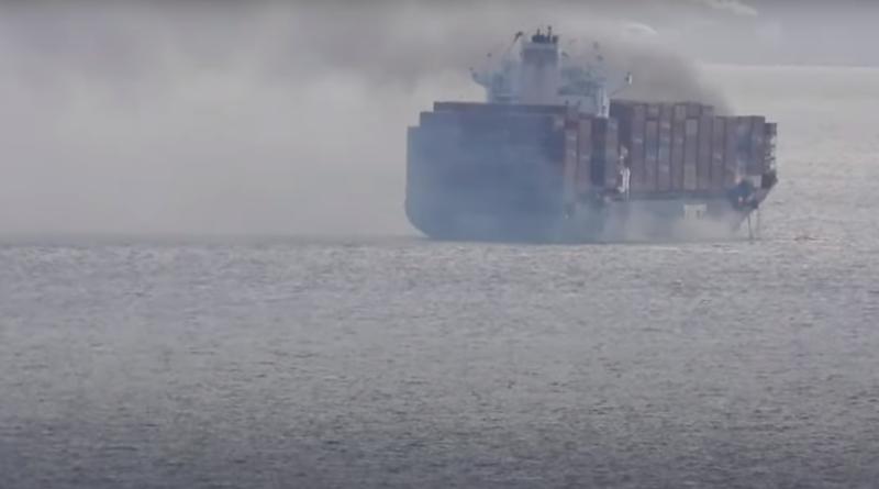 Контейнеровоз з небезпечними матеріалами горить, виділяючи токсичний газ біля берегів Канади